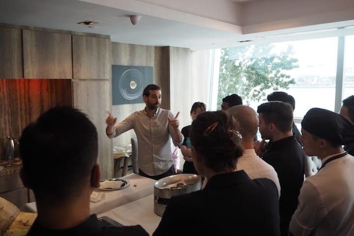 Royal Belgian Caviar 的 Cedric Paquet (中)为新加坡米其林一星餐馆  Saint Pierre 员工主持鱼子酱品尝会。(照片:Kenneth Goh)