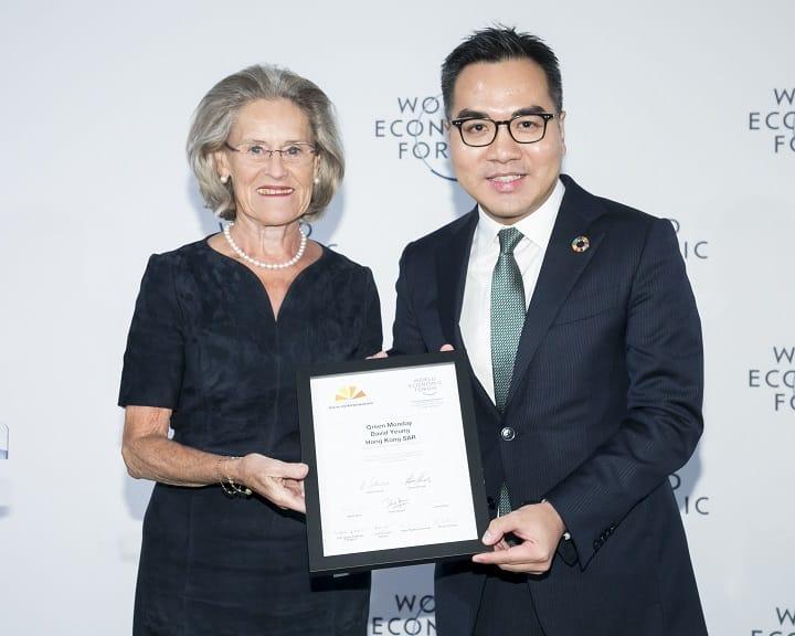 早前在世界經濟論壇論中獲獎,楊大偉和頒獎者合照。(圖片:Green Monday)