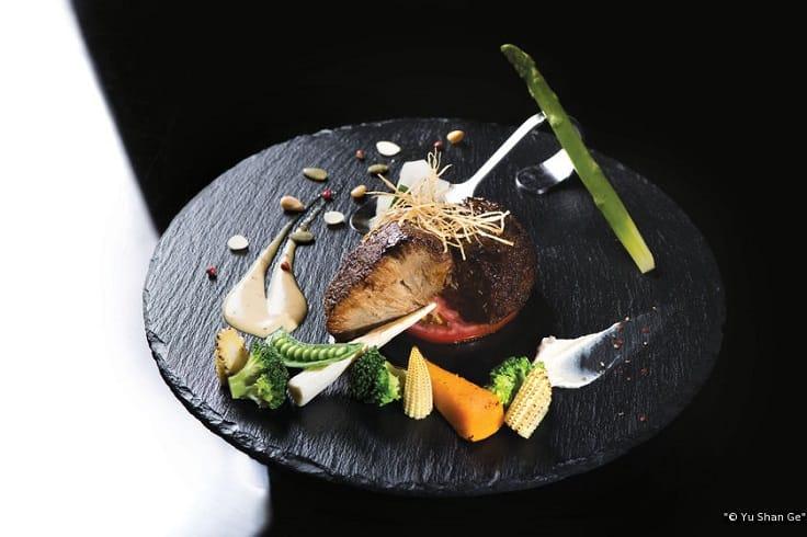 鈺善閣的招牌料理「鮮菌珍品」,以炭烤猴頭菇配上各式蔬菜。(圖片:鈺善閣提供)