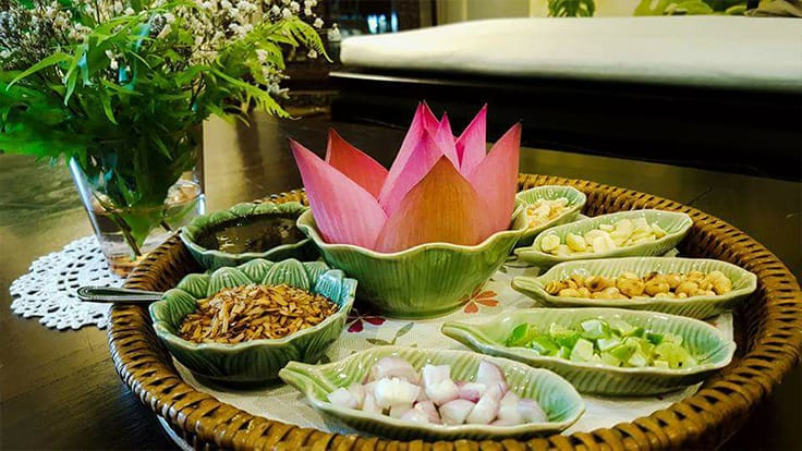 The fabulous <i>mieng gleeb bua</i> (lotus petal <i>mieng kham</i>) of Suan Thip (One MICHELIN Star). Photo source: Suan Thip's Facebook page.