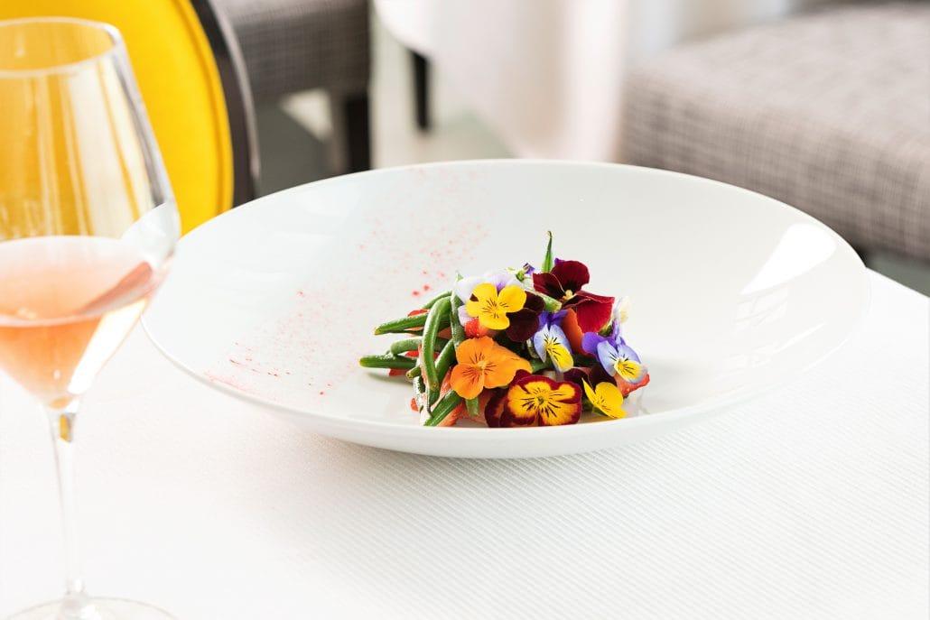 껍질콩과 딸기를 곁들인 샐러드