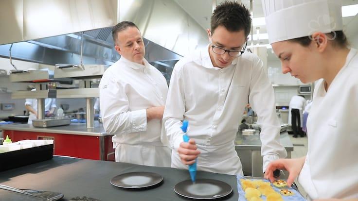 在御膳房的廚房,新入職的廚師都會被安排在 20 人的廚師團隊中一起工作,從中學習。