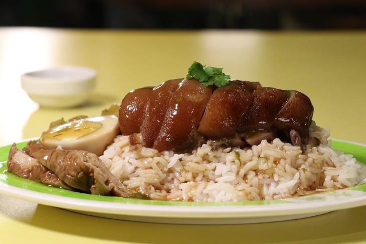 泰式滷豬髀飯,是泰國街頭相當流行的美食。(圖片:陳佳男)