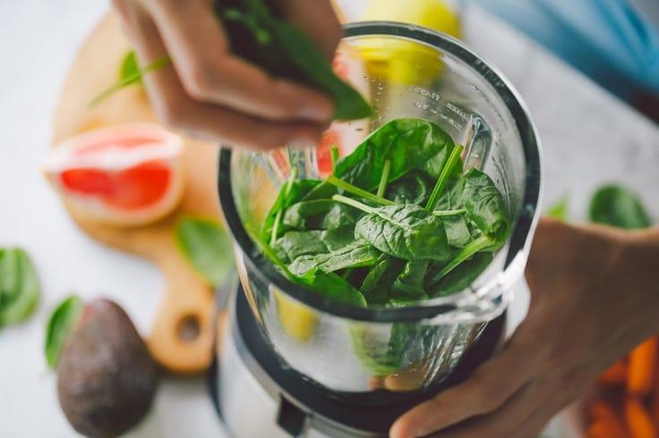 菠菜不單可以煮食,還可以榨汁來喝,健康活腦。(資料圖片)