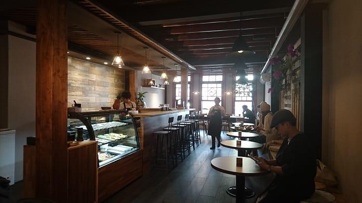 顧瑋在五月與友人在大稻埕「印花作夥」開設的「COFE喫茶咖啡」。(謝明玲攝)