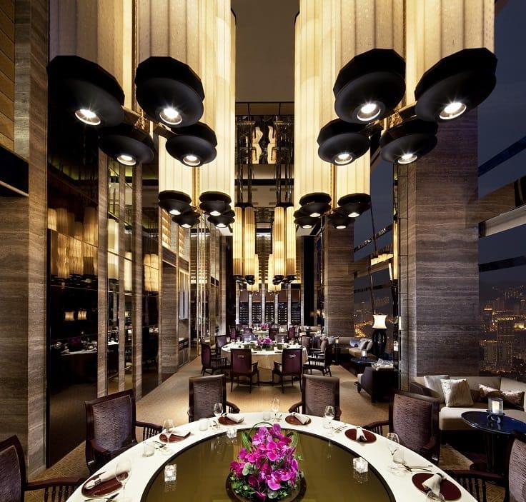 天龍軒位處 102 樓,室內裝潢顯貴,窗外盡覽香港都巿繁華。(圖片:天龍軒)