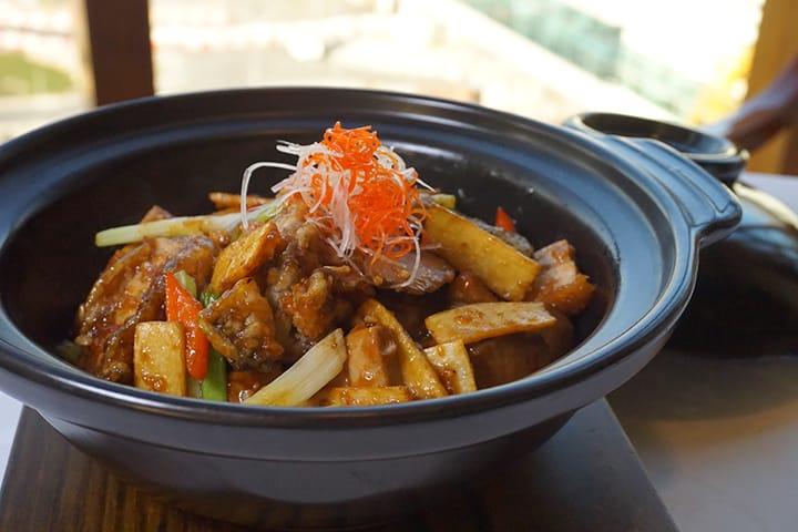 薑葱火腩美國生蠔煲中的薑片先炸後炆,與生蠔同吃,更能提升生蠔的鮮味。(圖片:區佩嫦)