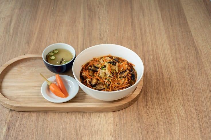 Little Bao 的酸辣湯撈麵套餐,夏日最開胃。(圖片:Little Bao )