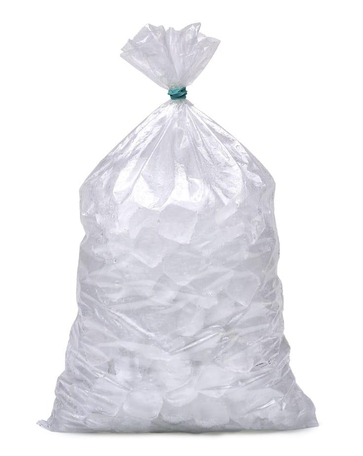 每包冰塊,都隱藏着搬冰工人的汗水。(資料圖片)