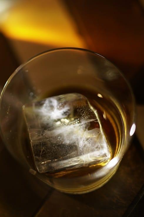 酒吧供應威士忌會配上大方冰(攝影:鄧廣基).jpg