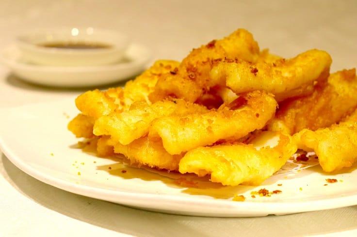 椒鹽大尾魷,用網捕的大尾魷魚,炸得金黄香口。(攝影:陳佳男)