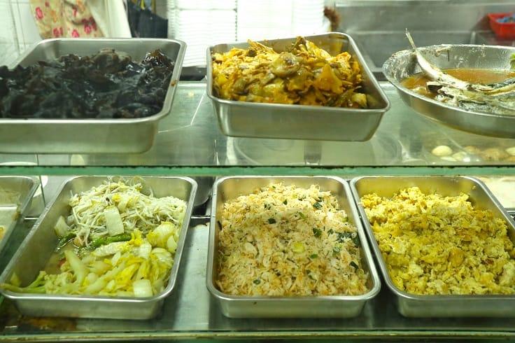 真真美食店一字排開陳列着十多款福建小菜。(圖片:陳佳男)