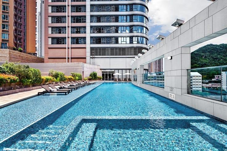 暑假最好游泳,九龍東皇冠假日酒店設偌大的室外游泳池,十分吸引。(圖片:九龍東皇冠假日酒店)