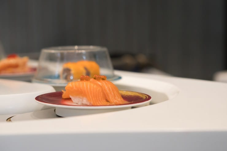 現時不少迴轉壽司都是手握,客人可一邊品嘗壽司,一邊觀賞師傅捏壽司手藝。(資料圖片)