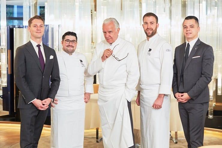 國際名廚杜卡斯(中)帶領團隊提供最新餐單。(圖片:新濠天地面書)