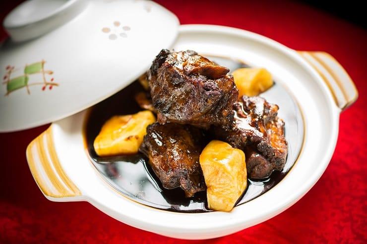 紅酒醬燜牛尾,牛尾煲五小時後再浸焗半小時,入口軟腍嫩滑。