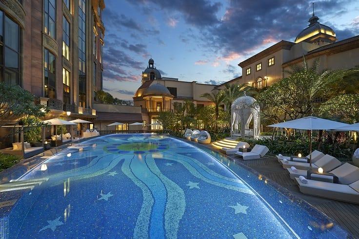 台北文華東方酒店的戶外泳池,讓人感受都市中的夏日寧靜。(圖片:台北文華東方酒店)
