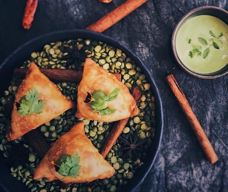 香料羊肉餃,內有羊肉末、豆仁、馬鈴薯泥、 印度香料,加上薄荷沾醬。(圖片提供:Saffron 46)