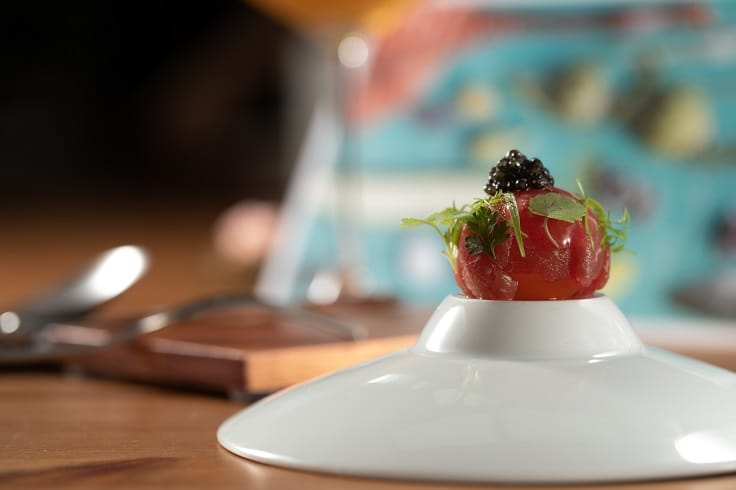 米其林二星餐廳RAW首次加入米其林月,讓許多饕客十分期待。(圖為RAW的菜色「牛肉漬蛋/ 竹莢魚/ 櫻花蝦」。)