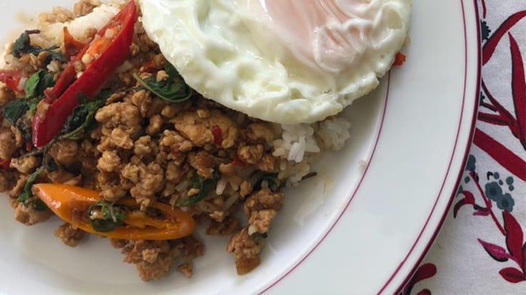 羅勒雞肉蛋飯(Khao Krapow Gai Kai Dao) (照片:Su Snitbhan)