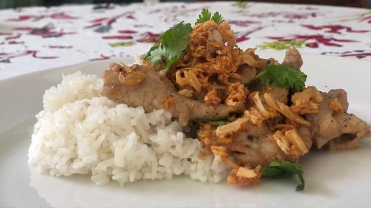 蒜香豬肉米飯(Khao Moo Kratiem Prikthai)(照片:Su Snitbhan提供)