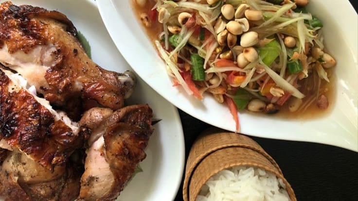 木瓜沙律烤雞 (Khao Niew Som Tum Gai Yang)(照片: Su Snitbhan)