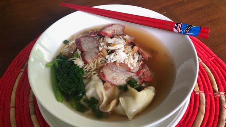 紅燒肉餛飩麵(Bamee Giew Moo Dang) (照片: Su Snitbhan)