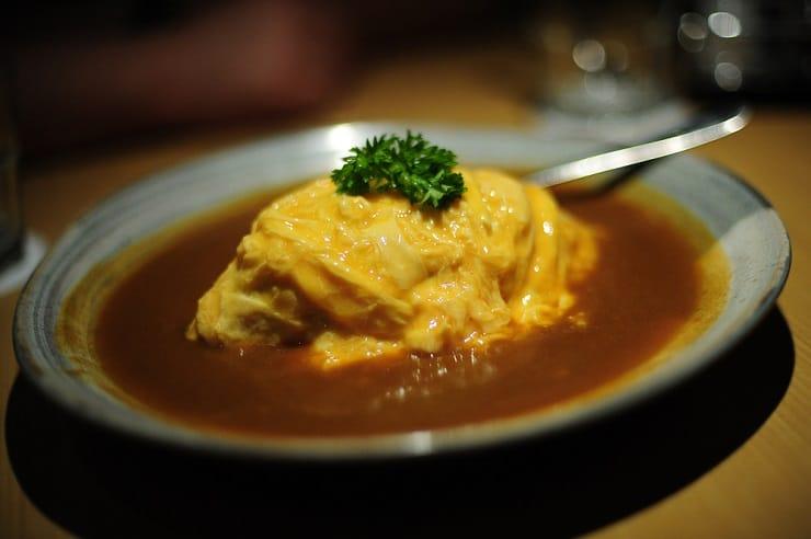 新派半熟型在炒飯上蓋上半凝固的滑蛋,飯粒帶有蛋漿,口感甜滑。(資料圖片)