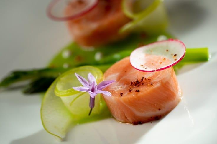 Monsieur L 最新推出的冷前菜「鮭魚、青蘋果、蘆筍」。