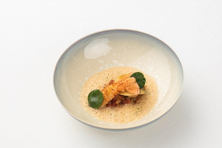 泰國曼谷 Chef's Table 大廚 Vincent Thierry 在四手餐會上將呈現的蘇格蘭海螯蝦及小牛胸腺意式千層麵 番茄和茴香脯、貝類(圖片:Écriture)