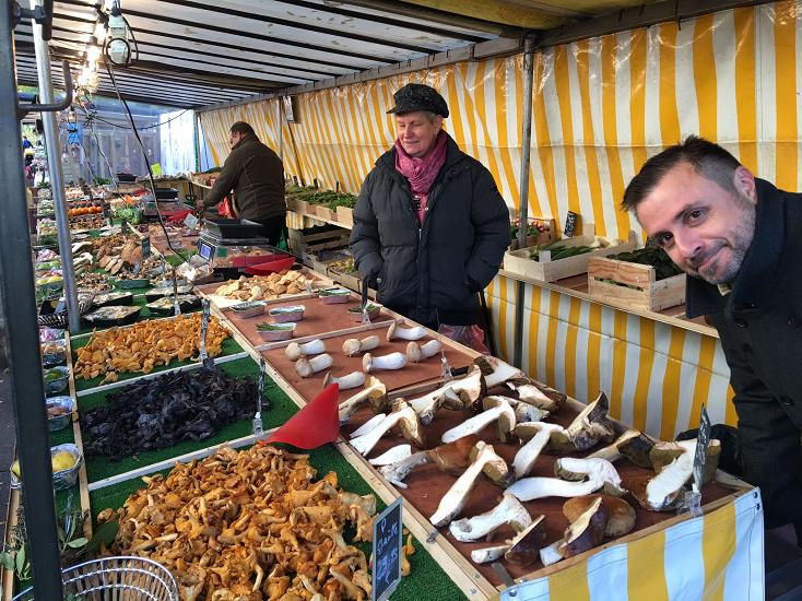 Nicolas 樂於在廚房中奔忙,也享受在旅途上擷取靈感,圖為巴黎的市場。(圖片:ÉPURE)