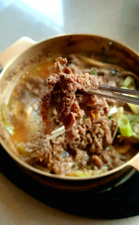 한일관의 등심불고기는 얇게 저민 고기를  육수에 끓이듯 굽기에 부드럽다
