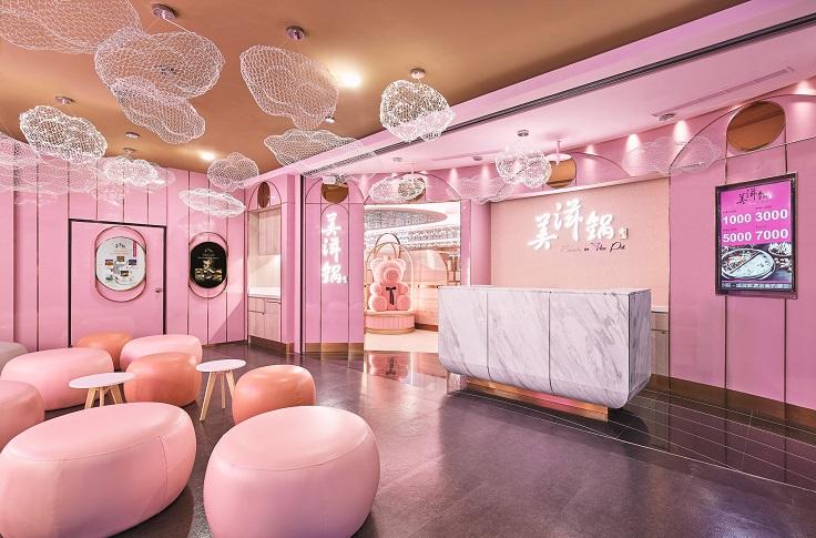 新加坡火鍋品牌美滋鍋以女性為主力客層,店內裝潢也很粉嫩。