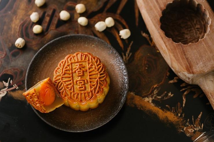 香宮的雙黃白蓮蓉月,蓮蓉成分高,挺身紮實。 (圖片:香宮)