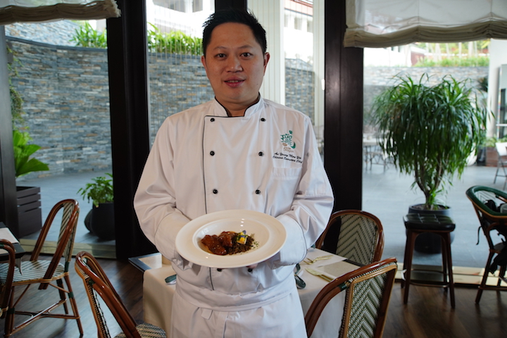 Jade Dragon's executive chef Kelvin Au Yeung with his dish, Kühlbarra Braised Fish Maw and Nepal Rock Rice in Abalone Sauce and Grilled Matsutake Mushroom.