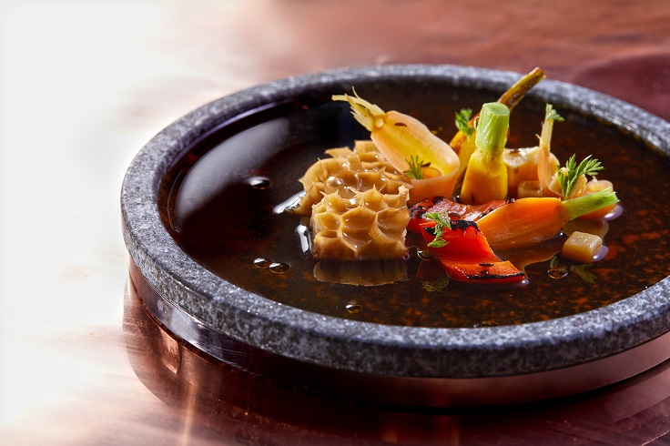 熬煮多天的牛肚搭上澄清牛高湯、胡蘿蔔、麵疙瘩。(圖片:Chefs Club Taipei 提供)