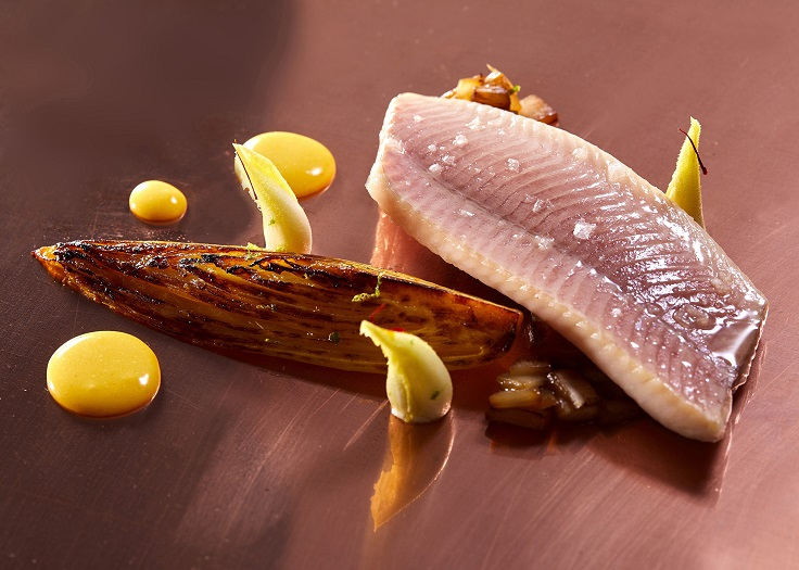 大廚 Jean-Rémi Caillon 以日式鹽漬的手法處理高山鱒魚。(圖片:Chefs Club 台北提供)