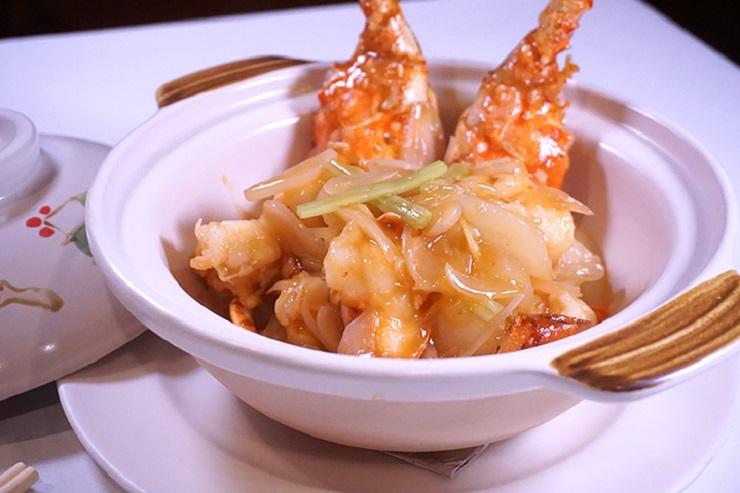 砂窩蘿蔔蕎頭龍蝦,蘿蔔在炒煮前先以上湯略蒸,再與龍蝦齊炒,在蘿蔔的甜度上加添龍蝦的鮮味。(拍攝:區佩嫦)
