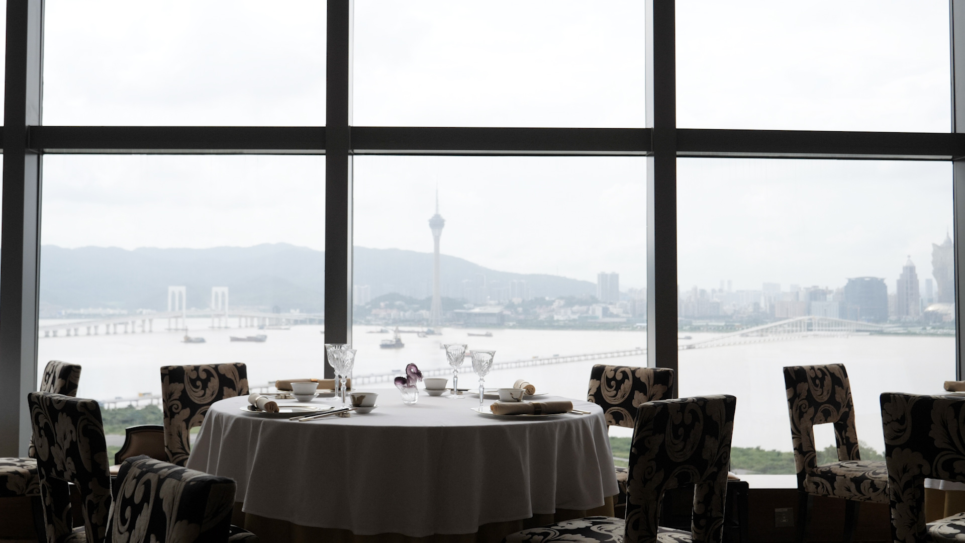 米芝蓮評審員在指南中指,「帝影樓」北望海港及澳門繁華景色,環境宜人。