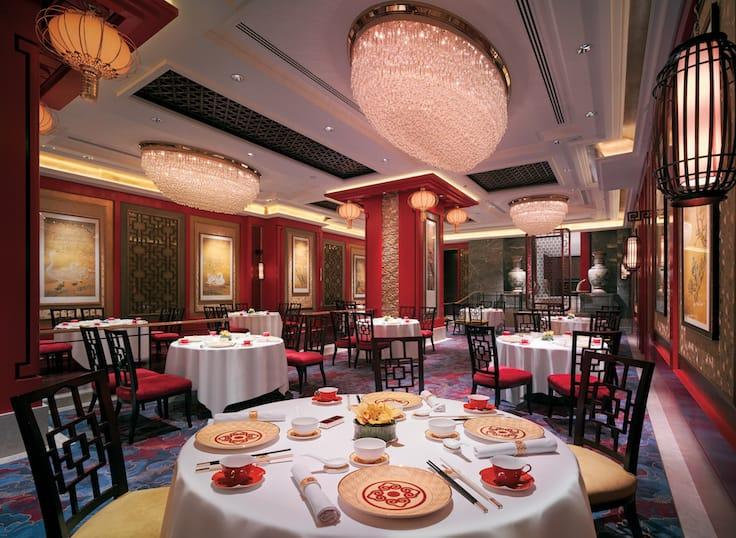 《米芝蓮指南》指,香宮的用餐區裝潢華麗古雅,水晶吊燈與宋代風格油畫多年來一直點綴餐室,用餐環境更添韻味。