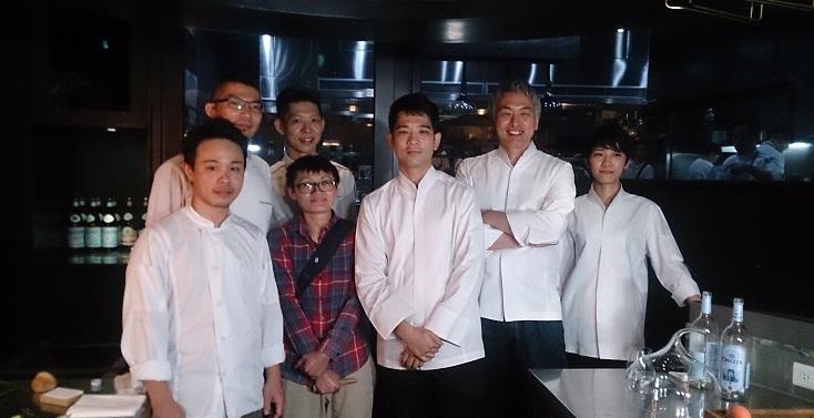 多位曾與須賀一同工作的廚師們與他在台北的活動相聚。其中手抱胸者為目前 Sugalabo 甜點主廚成田一世。(謝明玲攝)