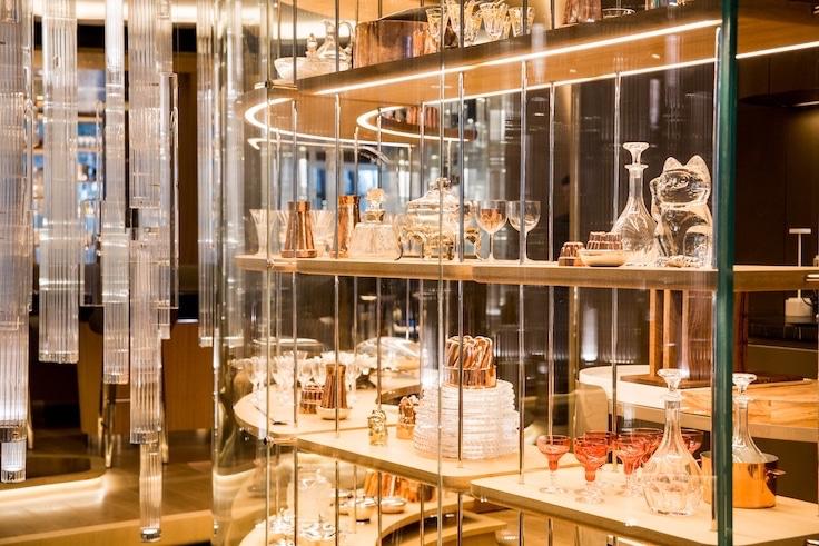 餐廳內的「稀世珍藏館」展示了名廚 Alain Ducasse 多年來收藏的私人餐具。
