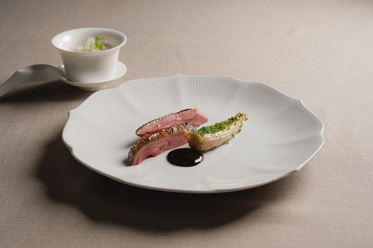 Chou Chou 改裝後推出新菜「爐烤乾式熟成胭脂鴨胸,娃娃菜,烏梅醬和小米粥」,是回歸法式經典,又結合大廚林明健港式背景的一道料理。(圖片:Chou Chou 提供)