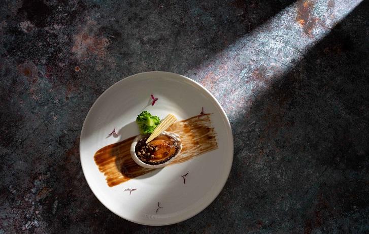 國賓川菜廳改裝後的新菜「貢椒鮑魚」。