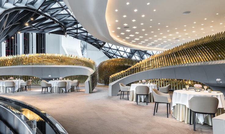 天頤位於摩珀斯 21 樓的空中走廊,室內裝潢富現代感。