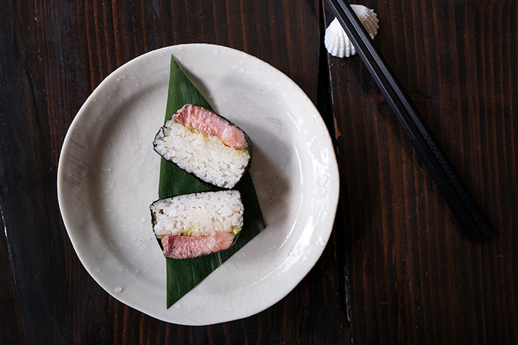 Pork jowl musubi with scallion and ginger. (Photo by Cassandra Wang.)
