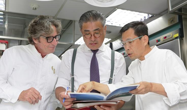 高雄 Thomas Chien 廚藝總監簡天才(右)與高雄餐旅大學助理教授陳千浩(中)從初嘗 Gérald Passédat 的料理,就想邀請他來臺灣舉行餐會。