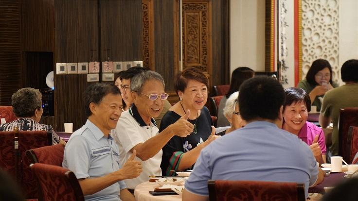邱靜惠(中深藍衣服者)在大三元將近半世紀,從不鬆懈,每年只休息大年初一。