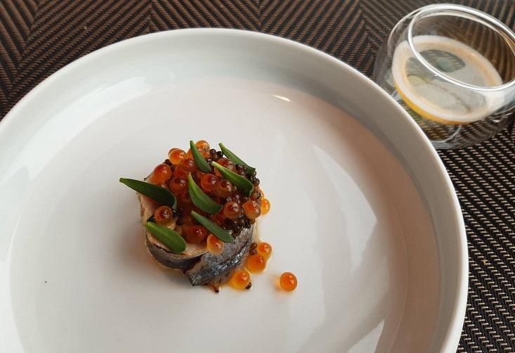 川手寬康在台北 Mirawan 四手餐會上帶來的秋刀魚,元素充滿日式聯想,擺盤卻是法式優雅與豐盛,入口則各種鮮味迸發。(謝明玲攝)