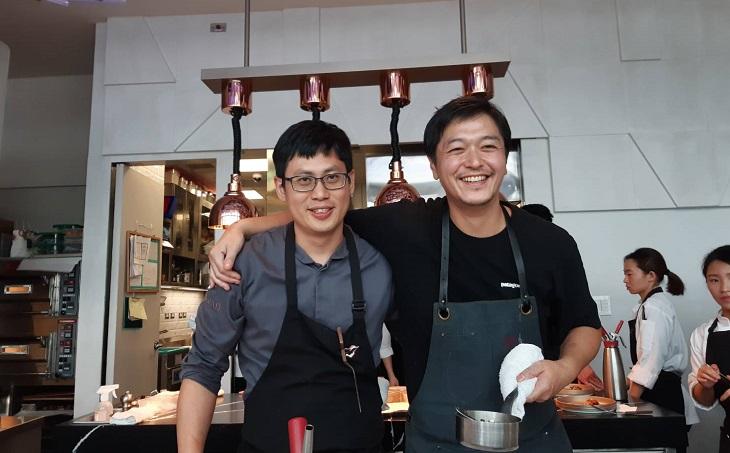 川手寬康與 Mirawan 行政主廚鄭裕錞的緣分始於三年前在樂沐的合作餐會。(謝明玲攝)